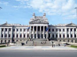 Uruguay: una buena opción a los fumadores, pero un golpe bajo para el vapeo